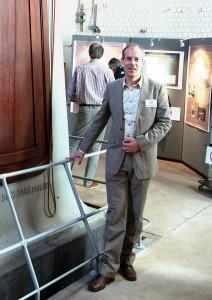Martin Groenewegen naast de grote refractor van de Koninklijke Sterrenwacht van België